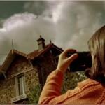 Девочка фотографирует